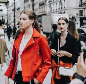 橘红色的外套配什么内搭 橘红色也可以有高级感