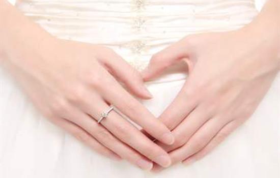 女人戒指戴哪只手,女人戒指戴哪个手上,女人戒指戴左手还是右手  左右手不同寓意不同