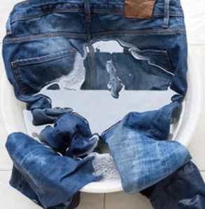 牛仔裤第一次洗用盐水泡多久 保养牛仔裤的正确方式
