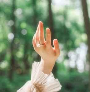 女孩子左手中指戴戒指什么意思 不同位置各有不同