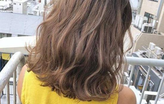 【美天棋牌】染的头发太绿了褪色妙招 头发褪色要这么做