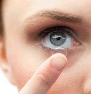 隐形眼镜泡在护理液里可以泡多久 新手戴隐形眼镜的小秘诀