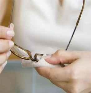 定型喷雾喷到眼镜片上怎么清除 直接用手擦拭可以吗