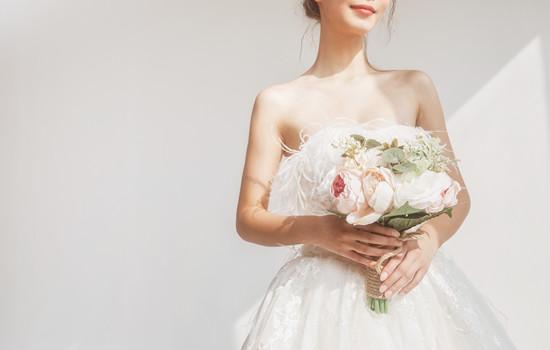 穿婚纱里面下身穿什么 要看季节和婚纱款式