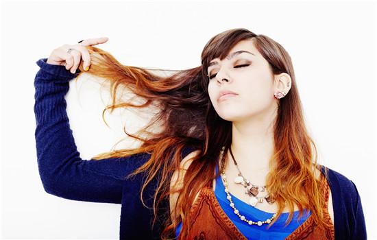 【美天棋牌】理发时头发粘在衣服上怎么办 剪完头发多久可以染发