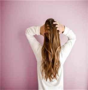 如何让头发变软垂下来 精油在头发干还是湿的时候用