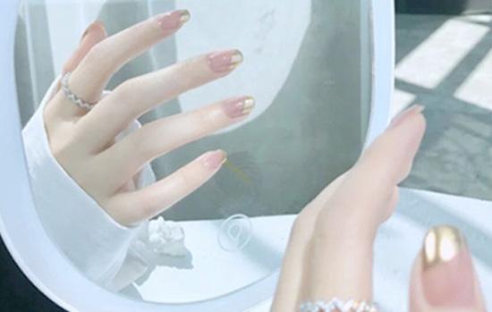 美甲极光粉在什么时候用?极光美甲好看吗?
