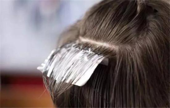 【美天棋牌】刚软化的头发能染色吗 软化头发是什么意思