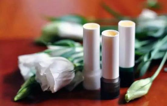 润唇膏和变色唇膏的区别 变色唇膏为什么会变色