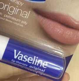 凡士林润唇膏可以去死皮吗 凡士林润唇膏油腻吗