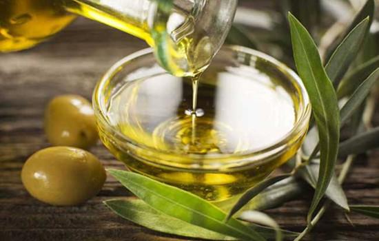 为什么橄榄油晚上用比较好 橄榄油可以直接涂在脸上吗