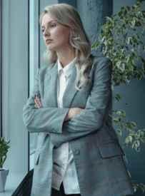 灰色西裝怎么搭配女 哪些單品能搭配灰色西裝
