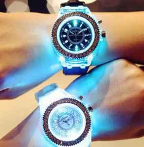 夜光手表需要吸多久光 什么是夜光手表