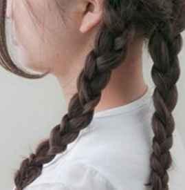 没工具怎样使头发变卷 麻花辫卷发睡前扎法