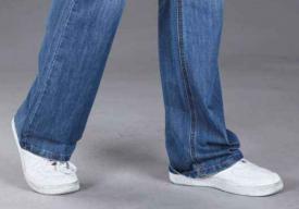洗牛仔裤水变黄正常么 牛仔裤怎么洗不掉色