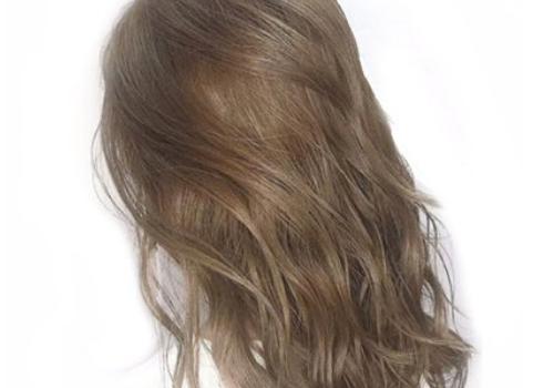 【美天棋牌】染发前要洗头发吗 头发油染发是不是好点