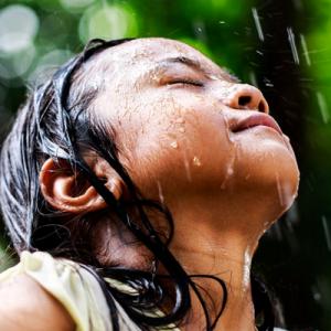 夏季头发被雨淋了要洗头吗   不洗头有什么危害