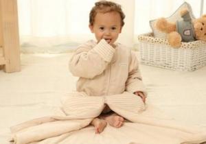 夏天宝宝睡袋什么材质的好 婴儿用睡袋好还是襁褓好