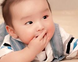 宝宝爱吃手指头是怎么回事 宝宝爱吃手指怎么办