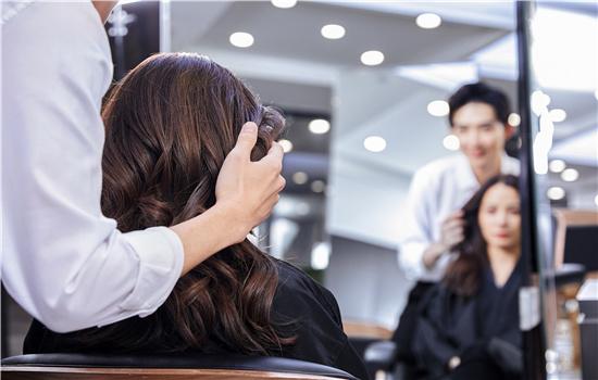 【美天棋牌】烫的头发能用梳子梳吗 梳直了怎么办