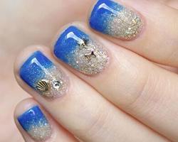 蓝色海洋美甲教程步骤 金色指甲油不可少