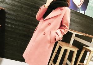 粉色大衣容易过时吗 粉色大衣配什么颜色围巾好看