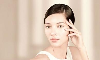 先抹眼霜还是精华液 眼部精华液和眼霜的区别