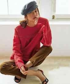 红色上衣配什么颜色裤子好看