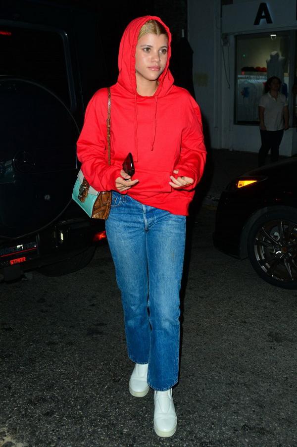 红色上衣配什么颜色裤子好看?