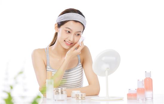 【美天棋牌】美容油在护肤第几步用 能当睫毛增长液用吗