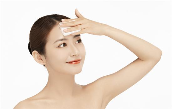 【美天棋牌】洗脸用毛巾还是用手 要看角质层