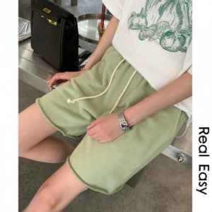 绿色五分裤配什么上衣
