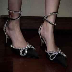 高跟鞋磨脚后跟怎么办