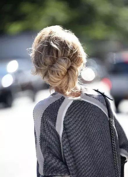 可以自己扎的简单发型 这四款让你告别路人甲