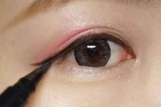 不让眼线刺激双眼 避免眼球感染病毒的化妆技巧
