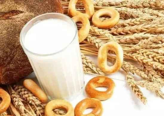 宝宝喝奶要注意哪些事项、加钙粉的牛奶不要喝、用微波炉长时间加热的牛奶不要喝