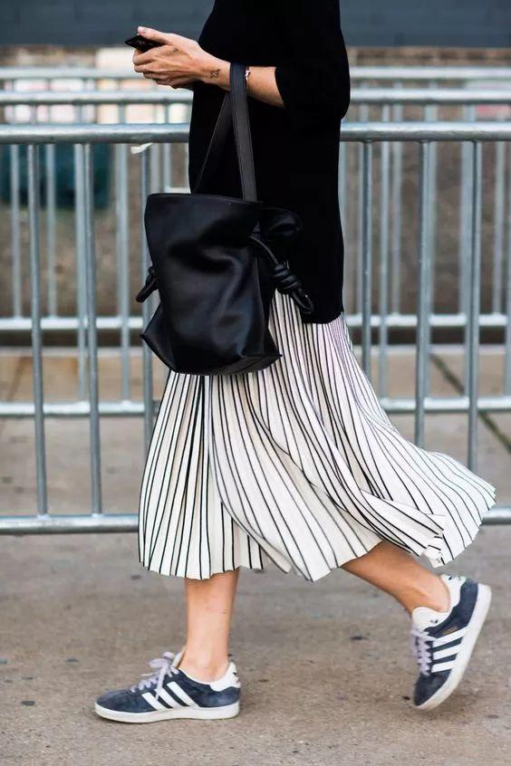 连衣裙配运动鞋好看吗