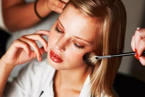 用什么上妆最好   妆容不均不持久的原因是你没用这个!