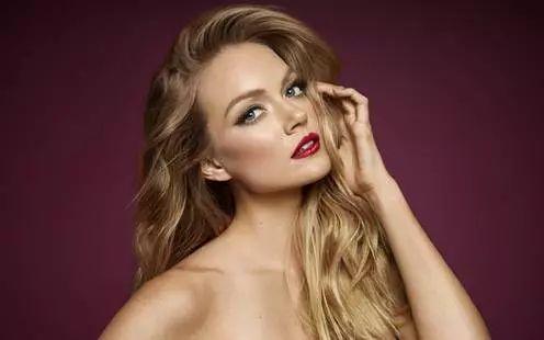 怎样化妆显年轻 4个显嫩的化妆技巧,女生必看!借助化妆海绵来帮助上妆