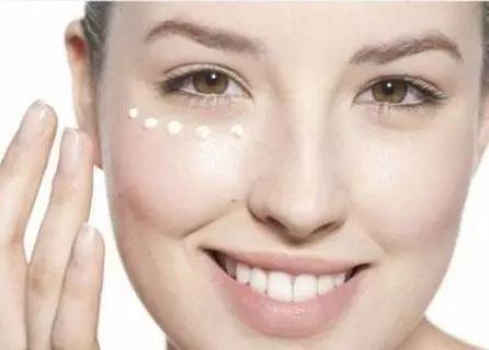 涂眼霜的正确方法 涂眼霜时,注意避开这3个误区!