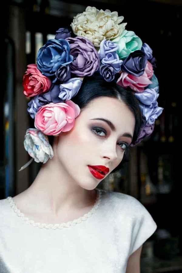 本季marchesa秋冬系列以轻盈薄纱面料展开设计,服装配以不同种类的花朵装饰,刺绣,和细节上的处理,依旧延续了品牌追求用昂贵的面料,精细的车工和特殊的剪裁,打造属于现代欧式宫廷晚礼服的独特理念。