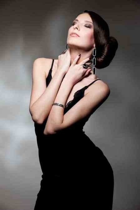 女性黑色西装搭配图片