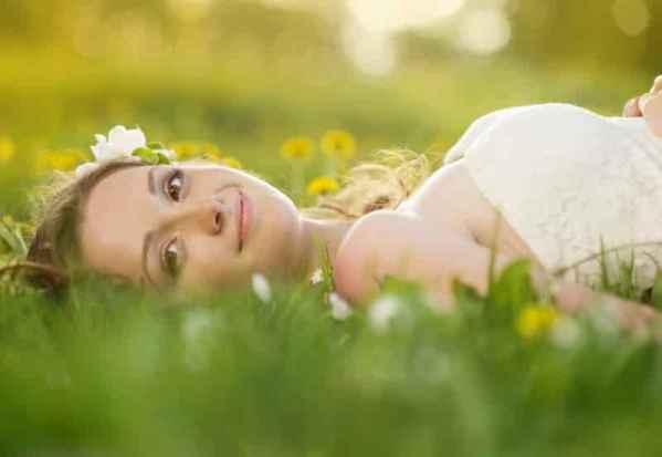 欧美时尚休闲女装街拍 白球鞋mix裙装搭出春季最IN