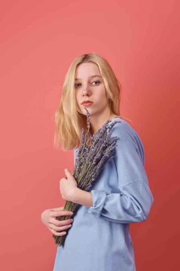 本季的Christian  Dior在妆容上进行了大胆的尝试,深色的唇彩,长而有型的睫毛,将独立女性的霸道气场进行了重新定义。同时服装也不乏突显女性柔美曲线的设计,贴合的腰线勾勒出迷人的姿态。 <p> 本季Dior同样没错过对印花元素的一番诠释,dior女郎所诠释的印花更加不羁与高冷,以大地色系为主,点缀了高饱和度的亮色,冷酷又不失艳丽。 </p> <p> 在服装细节上,dior优雅的品牌灵魂贯穿全场,荷叶边、高开衩、百褶裙摆都能完美体现当代女性最温柔的特性。 </p>