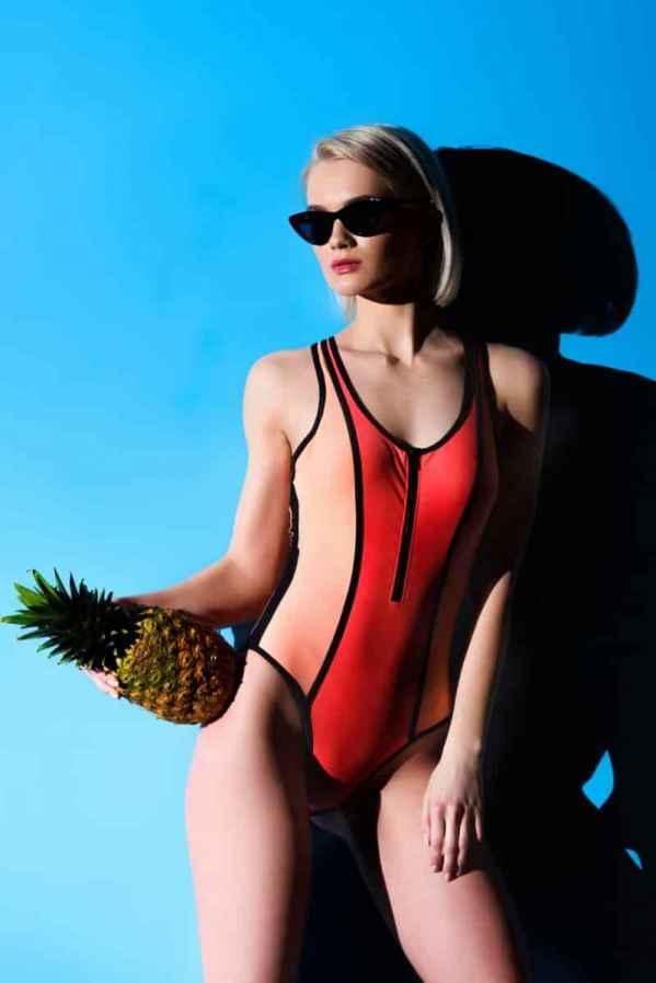 Louis VuittonFall 2016 男装秀于近日发布,本季系列男装在延续着以往的大廓形极简风剪裁,细节上突出品质与高端,不同的是,本季LV还将颇多的风格元素融入其中,呈现出个性潮流的商务休闲风格。