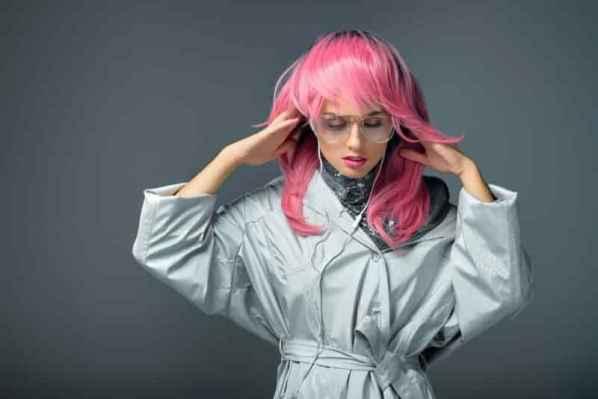设计师ULyana Sergeenko一直怀揣着一个名媛梦,而设计风格也是一直将名媛范进行到底,意料之中的是品牌一发布就收到了各界的好评,这也坚定了她继续着反骨未清的倔强。2016年的春夏高定秀依旧以19世纪蜂腰,抹胸,大裙摆来表现优雅复古艺术,并且大肆运用斜剪裁手法和诸多叛逆元素,来彰显名媛的傲娇一面。
