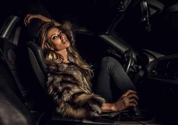 本季rodarte系列,采用了深沉的色调和妆容,与皮草和薄纱结合,演绎出冷酷高贵的哥特女郎形象。