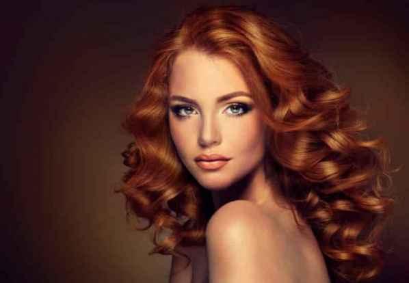 本季Valentino春夏高定秀以似虚似实的轻盈薄纱长裙贯穿整场古典神话大秀。而设计灵感则来自于对拜占庭时期的服装文化感悟,吸取崇尚女性那种无束缚的自由,和本真的体态美,利用薄纱的轻盈线条勾勒出女性身体的优美动感。